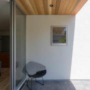 窓からの景色に溶け込む、シンプルなデザイン家具