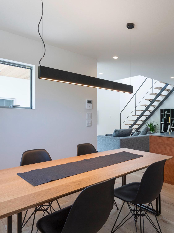 窓からの景色に溶け込むシンプルなデザイン家具